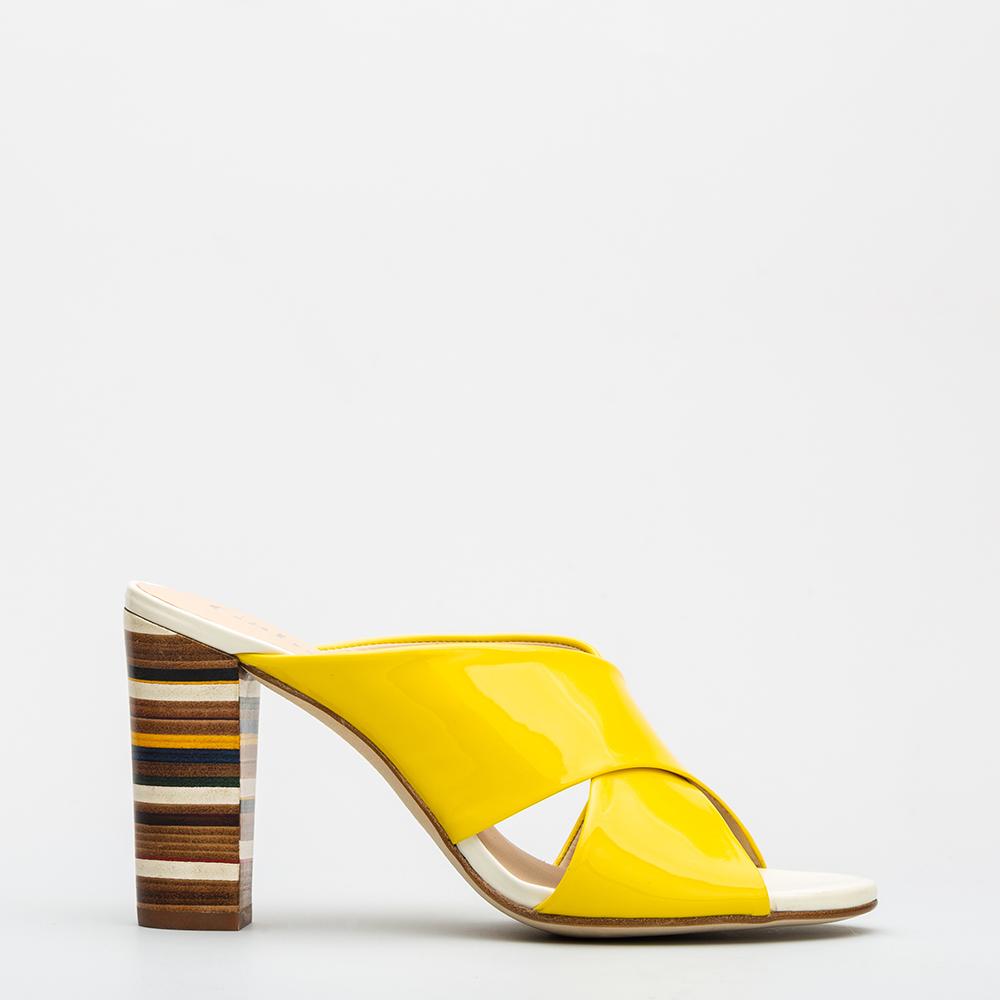 72dadc9b6 sandalias de charol amarillas con tacón de 8 cms.